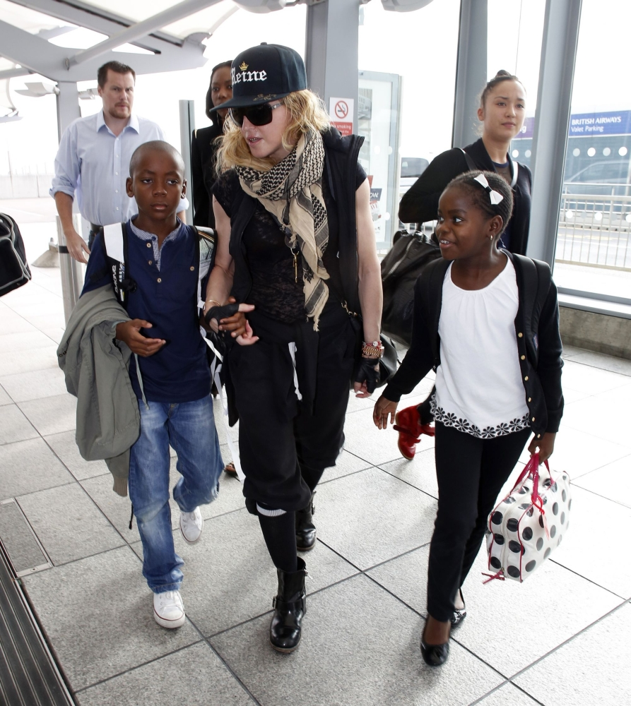20130309-pictures-madonna-airport-london-queen-reine-grillz-01