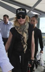 20130309-pictures-madonna-airport-london-queen-reine-grillz-02