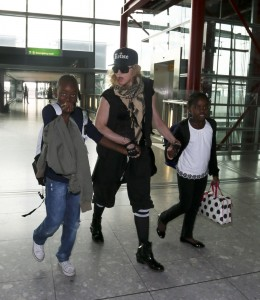 20130309-pictures-madonna-airport-london-queen-reine-grillz-03
