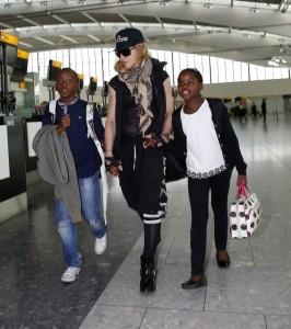 20130309-pictures-madonna-airport-london-queen-reine-grillz-04