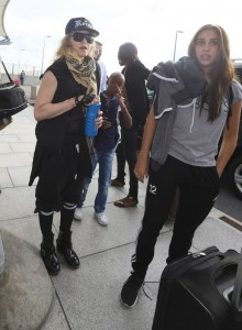 20130309-pictures-madonna-airport-london-queen-reine-grillz-09