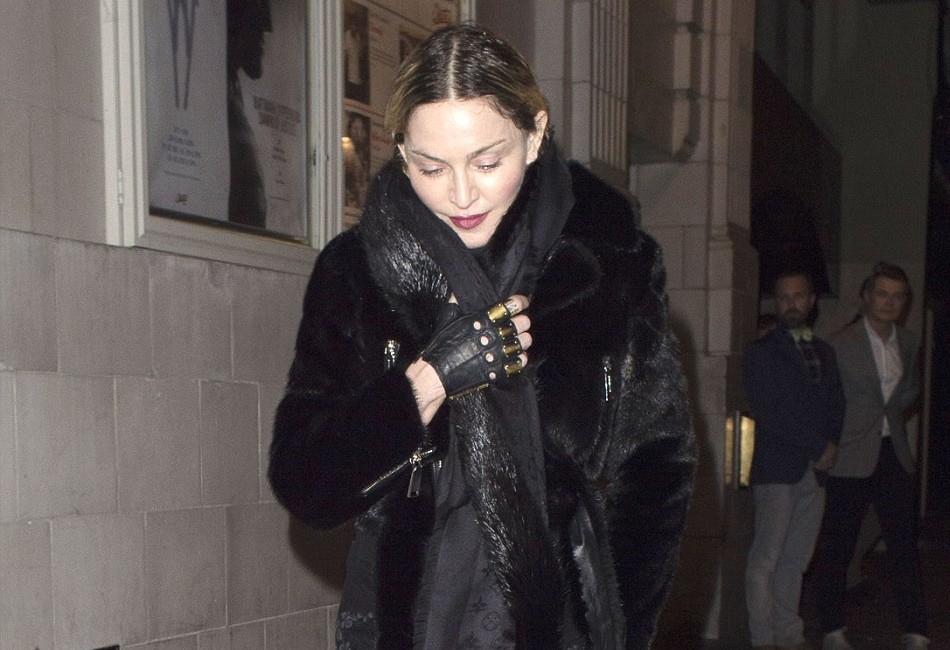 20160412-pictures-madonna-out-and-about-london-01