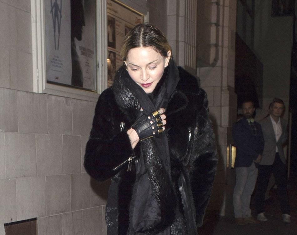 Madonna, Londra'da oğlu Rocco ile sinemadan çıkışı görüntülendi. 11.04.16