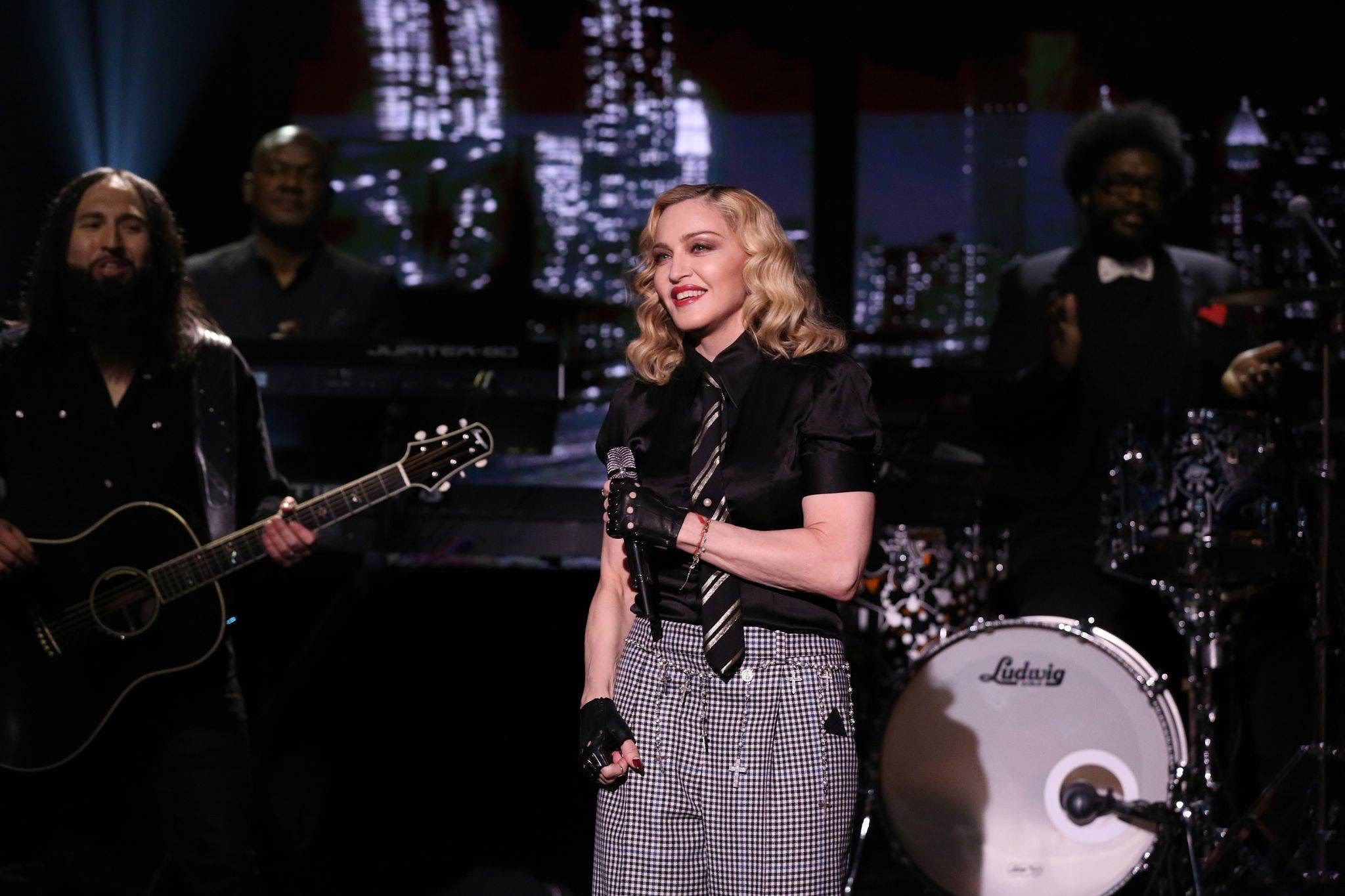 "Madonna ""Borderline"" parçasını Borderline' on the Tonight Show Starring Jimmy Fallon'da söyledi."