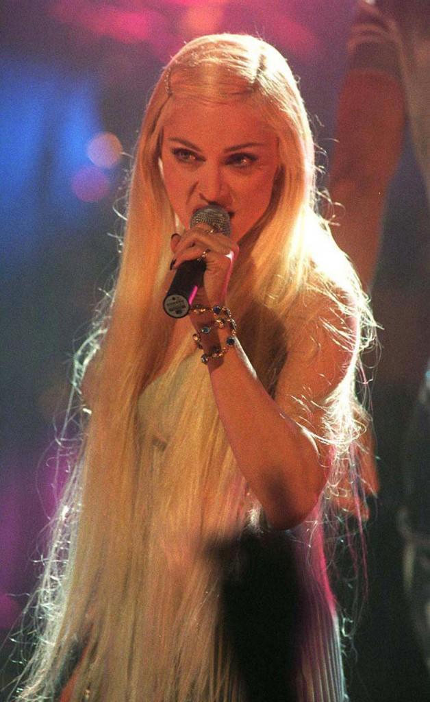 Madonna Bedtime Story parçasını 1995 yılında Brit Ödüllerinde seslendirdi.