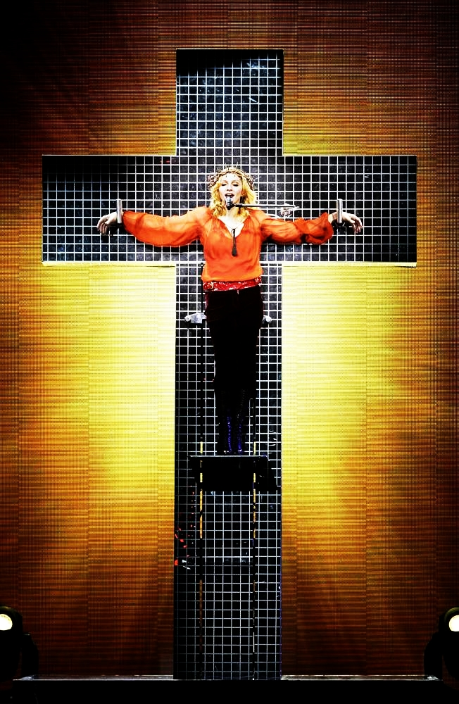 """Madonna Confessions turu kapsamında Rusya'nın başkenti Moskova'da çarmıha gerilerek şarkı söylemesi radikal Ortodoksları kızdırdı. Ortodokslar konserde """"Madonna evine dön"""" yazılı balonlar uçurdu. Rusya'da Madonna'ya yönelik tehditlerin artması sebebiyle stadyumda 7 bin polis görev aldı."""