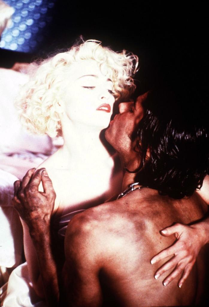 """Madonna 1989 MTV Video-Müzik Ödülleri'nde Express Yourself parçasının performansını sergilendi ve """"Yılın Klibi"""" ödülünü kazandı."""