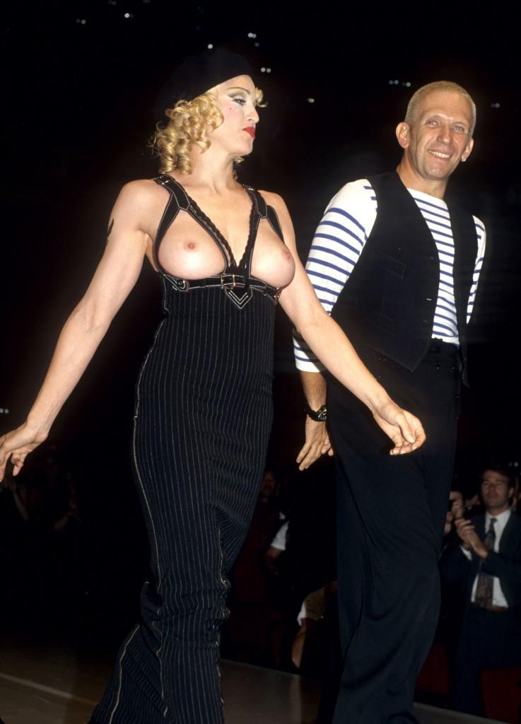 Madonna Jean Paul Gaultier'in yardım amaçlı düzenlenen bir defilesinde podyuma çıktı.