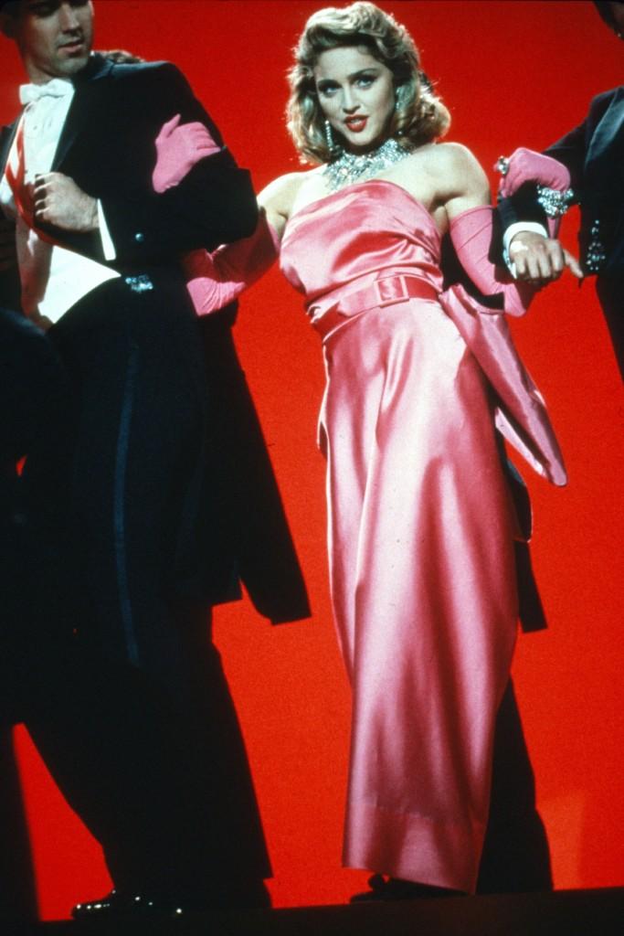 """Madonna """"Material Girl"""" şarkısının video çekimlerinde Marilyn Monroe'nun Diamonds'daki performansını canlandırdı."""