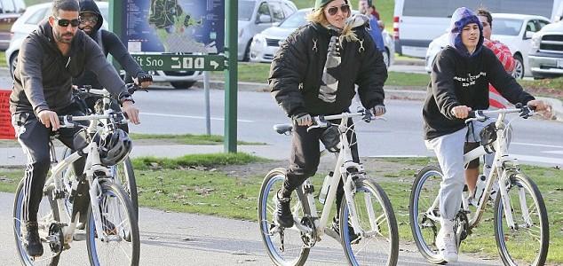 Madonna dün Canada'da bisiklet sürerken görüntülendi.
