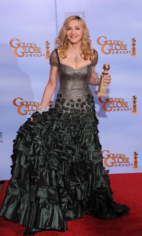 """W.E'nin soundtrack şarkılarından Madonna'nın seslendirdiği """"Masterpiece"""" adlı şarkı 15 Ocak 2012'deki 69.Altın Küre Ödülleri'nde """"Best Orjinal Song"""" katagorisinde ödül aldı."""