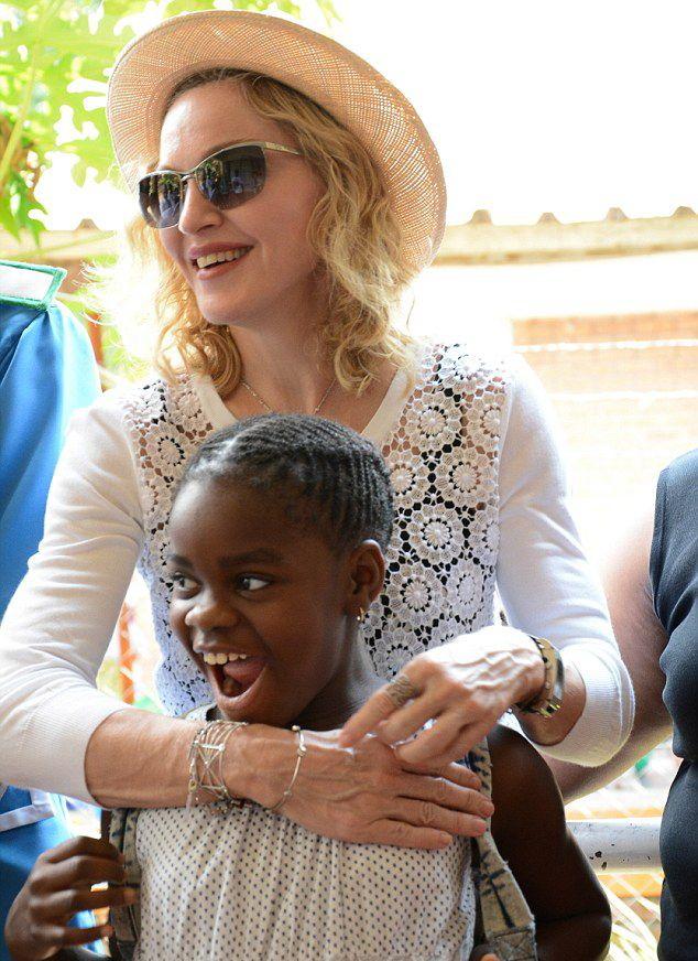 Madonna Queen Elizabeth Hastanesini Ziyaret Etti (27.11.2014)